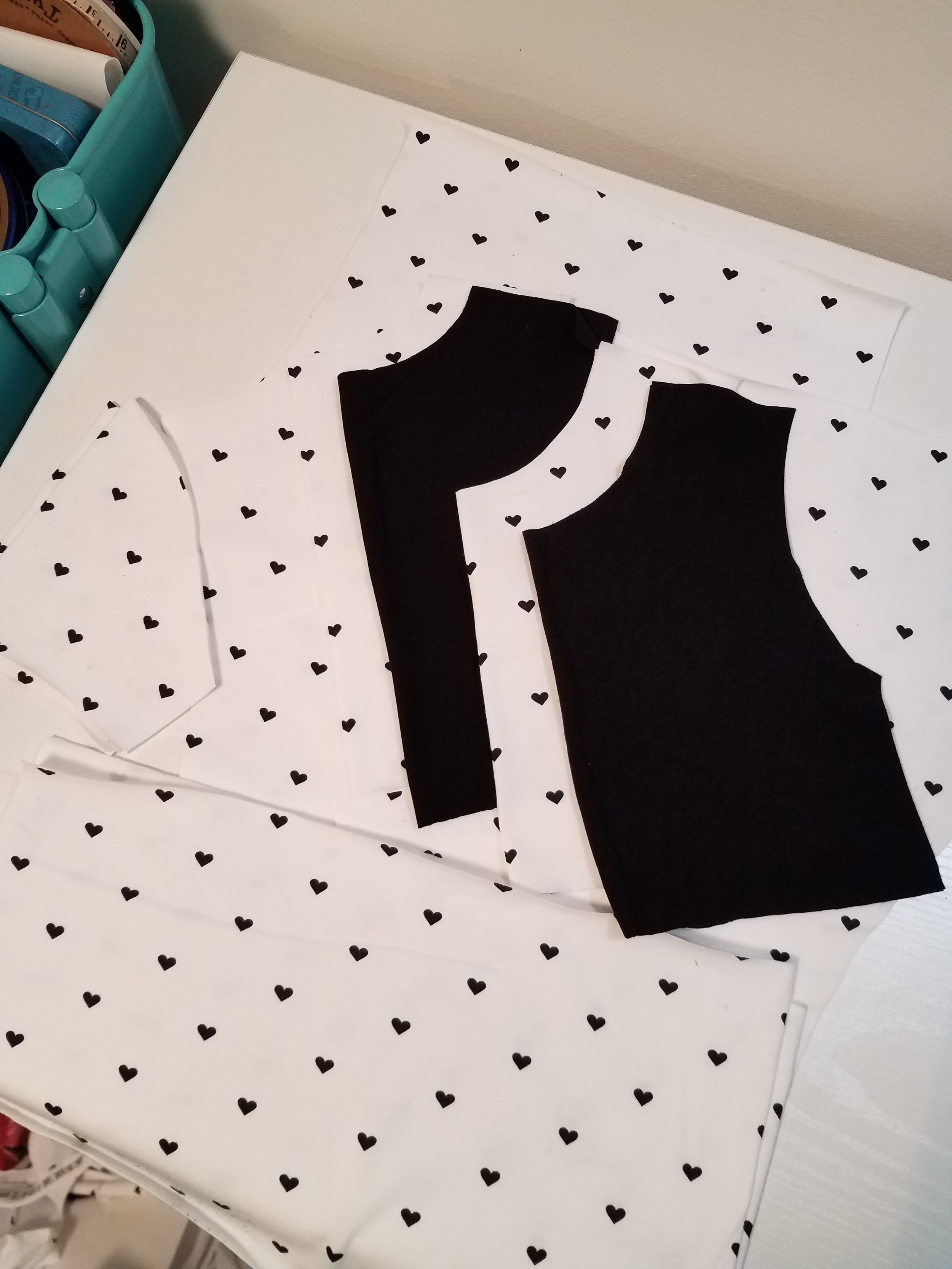 Ok. This pic is not overly helpful by virtue of my fabric choices, but it shows my lining pieces, which are black.