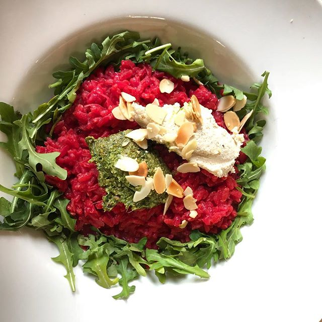 Lunchtime cravings ~ drooling over this picture of the delicious beetroot risotto I devoured during my lovely visit to @rutherglenestates during the week. I want some more, right now! 🤤😍