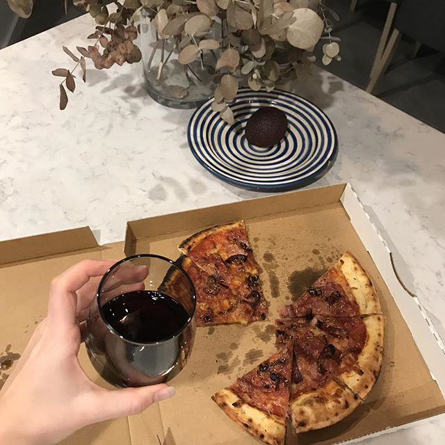 Living my best life.. 🙌🏻🍕🍷 #fridaynightin