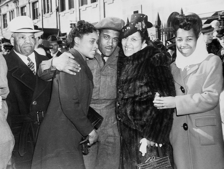 Violet King-Henry (r) and siblings John King (r) & Stella King welcome their brother Ted King back to Calgary in March 1946. Della Mayes (second from left) was married to Ted King