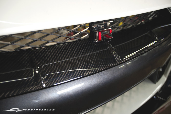 Just as the tuner finished tuning Joshua's SPE1000R GT-R, his Mine's CF bumper grille came in. Such a small but noticeable piece.