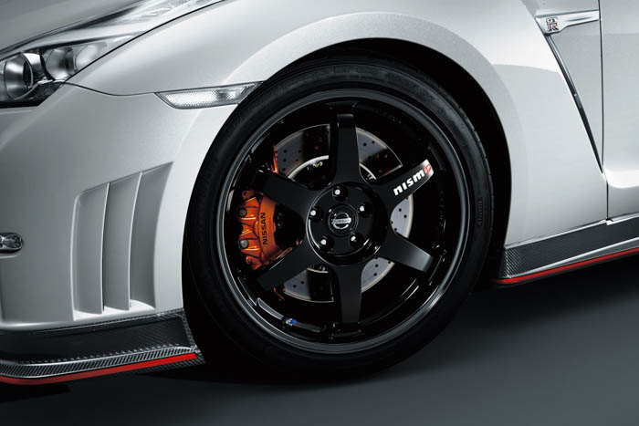 • The GT-R Nismo's black 6 spoke wheels are inspired by Nissan's legendary GT500 race car.
