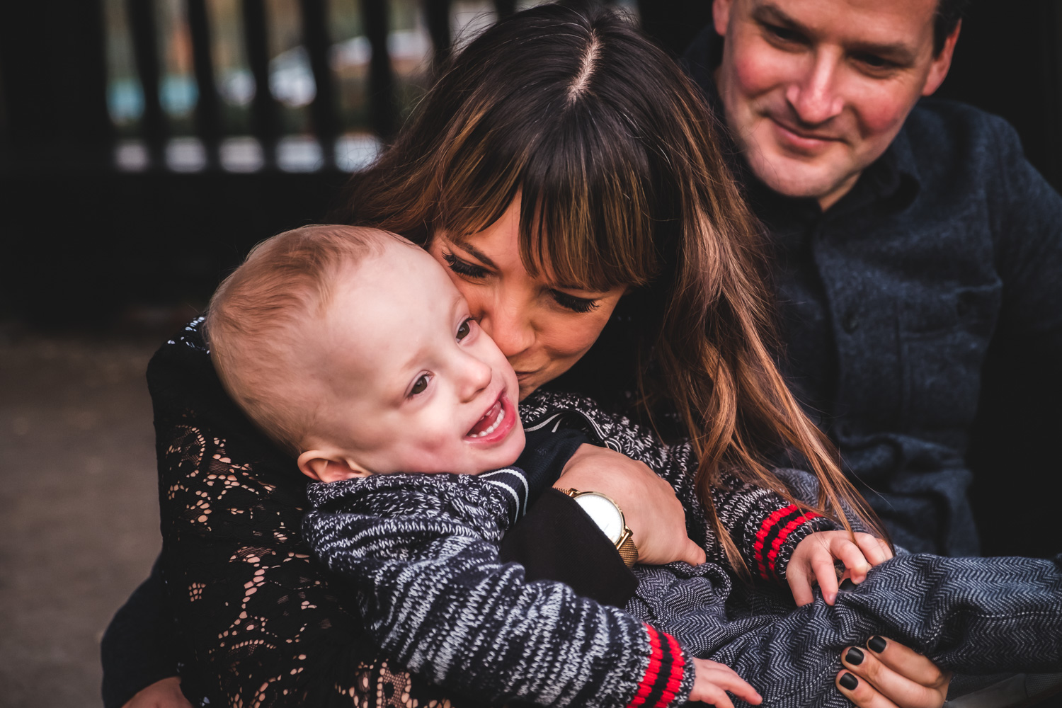 family-cuddles-vancouver-family-photographer.jpg
