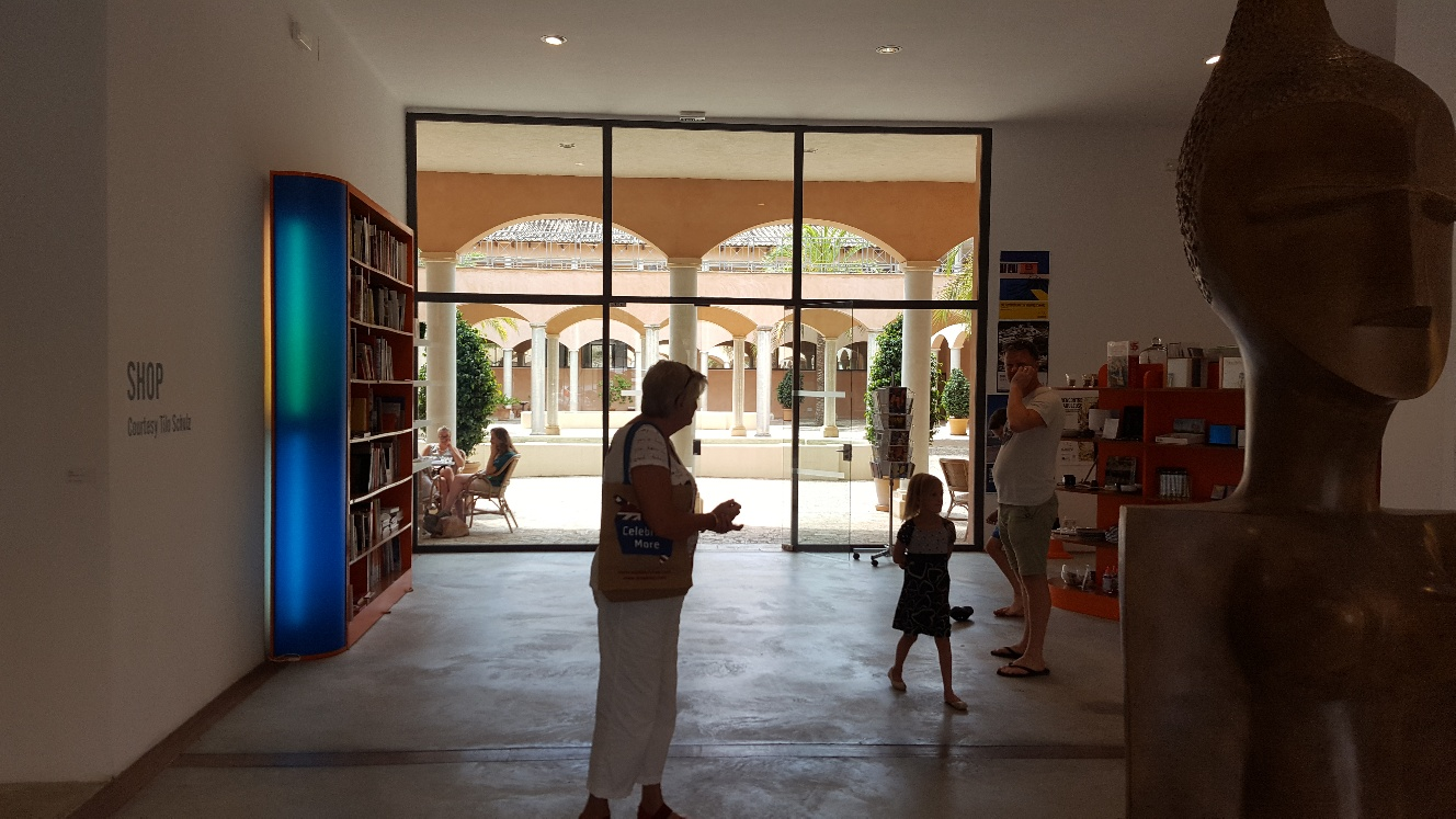 Entrén från en annan vinkel, konsthallens lilla shop till höger.