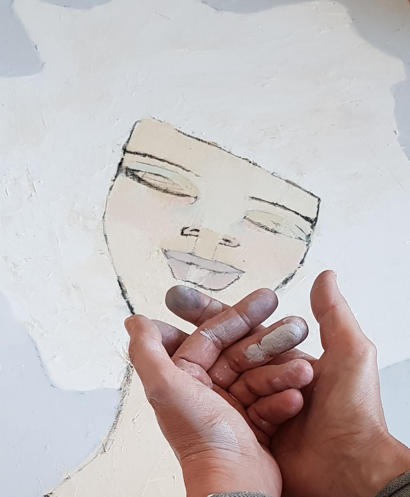 Målar mycket nu, är inne i ett flow…härligt och räds inte färg på fingrarna…det hör ju till. Tavlan i bakgrunden har ingen titel, måtten är dock 60 x 80 cm i olja.