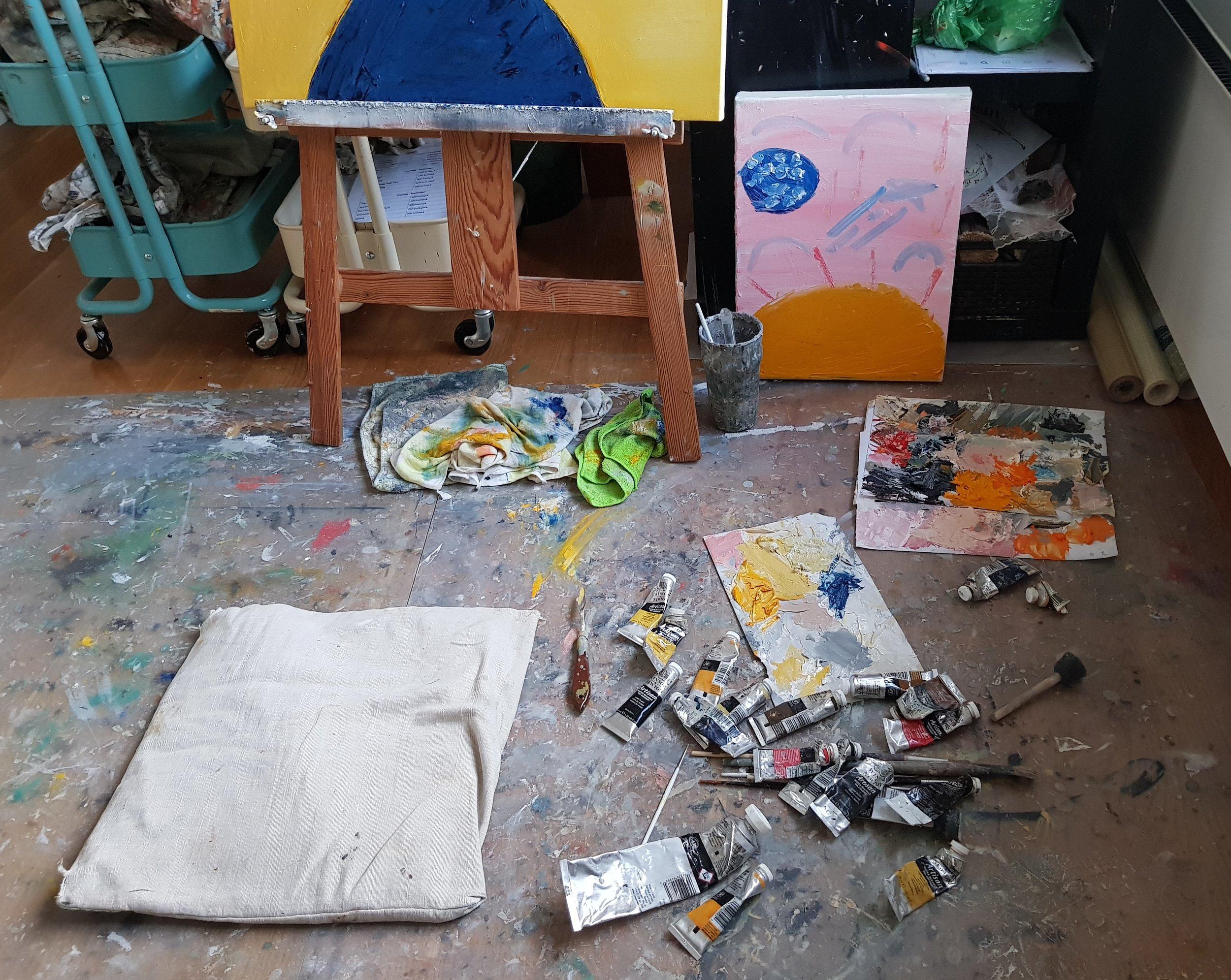 Såhär kan det se ut när jag skapar, en annan liten konstnär har sitt alster bredvid mitt.