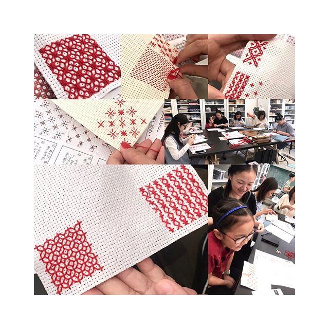 今次這個刺子繡班,同學們實在太利害了,竟然都向難度最高的挑戰!還有我們最年輕的八歳同學,超可愛,聰明伶俐,也學得很快。 特地從柴灣過來荃灣上課的同學們😭實在太感動了🙏🏻🙏🏻🙏🏻 @mill6chat  #sashiko #embroidery #japaneseembroidery #workshop #fashionclinic