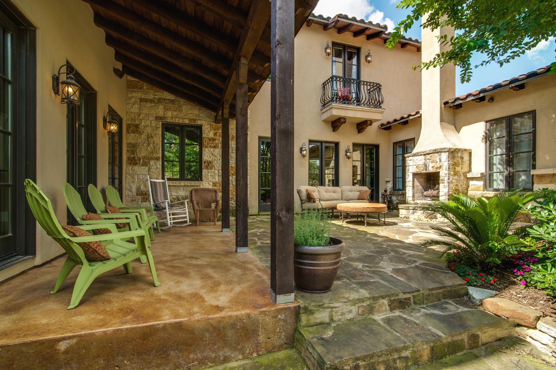 italianhome_ren7_customfireplace_backyard.jpg
