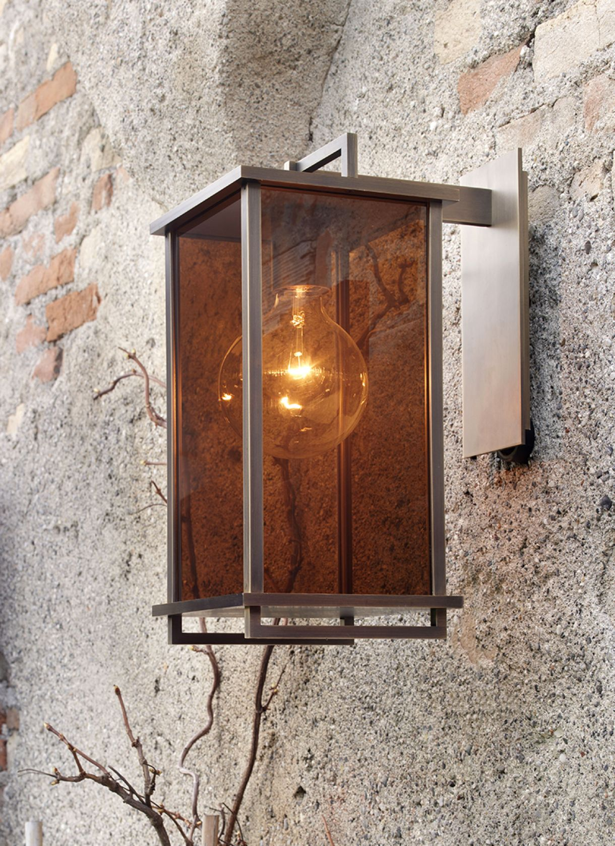 Ikon, wall lamp forming a cage from which light spreads