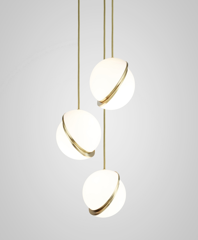 Mini crescent chandelier / Lee Broom, luminous sphere in acrylic, brass and steel