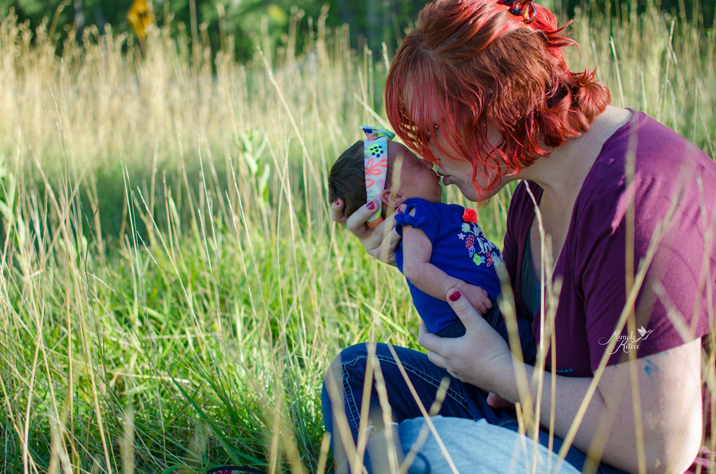 newborn mom kisses, newborn photo, mothers love