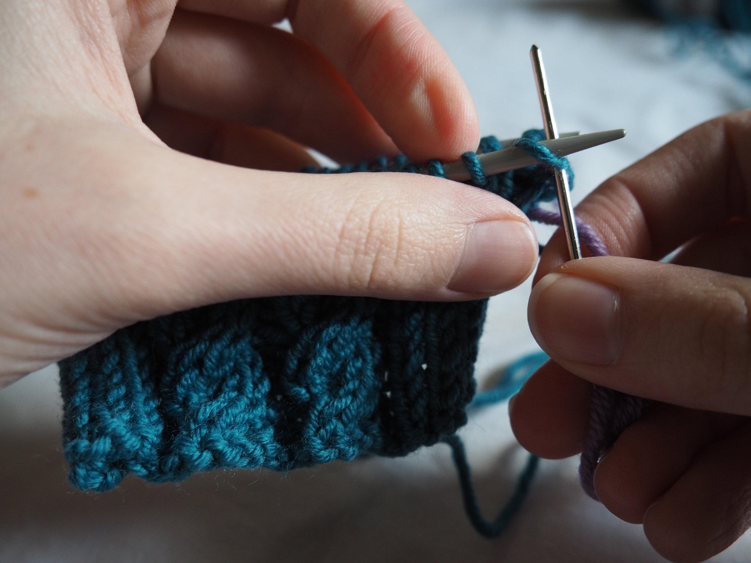 Aiguille 1 : Insérez l'aiguille à laine dans le 1è maille comme pour faire une maille endroit et faites la glisser de l'aiguille