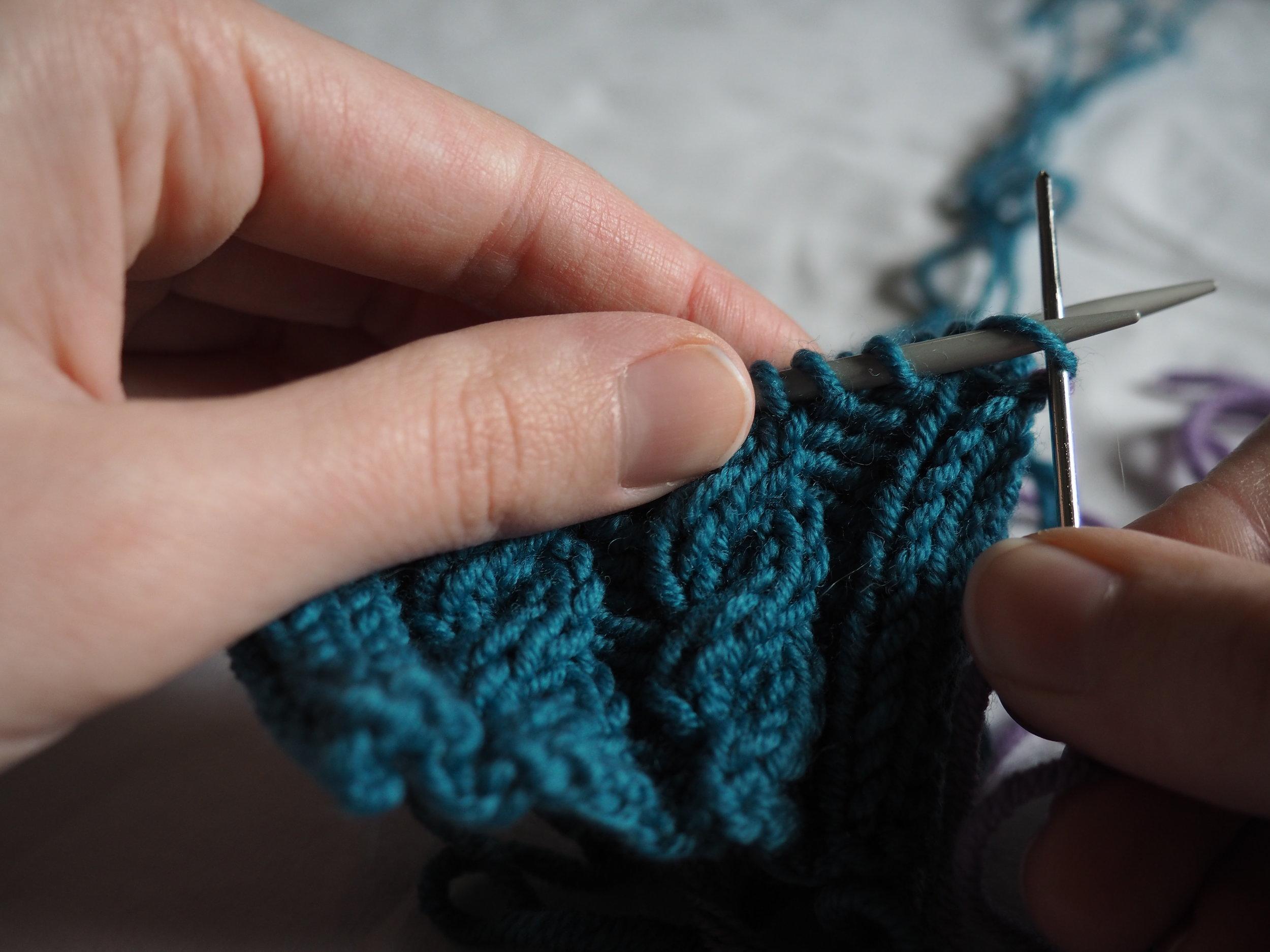 Aiguille 1  : Insérez l'aiguille à laine dans le 1è maille comme pour faire une maille endroit et faites la glisser de l'aiguille,