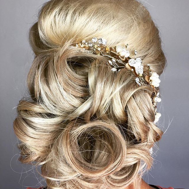 Beautiful bridal hair! @hermosa.salon with Tiffany #hermosasalonokc #hermosaedmond #edmond #lovelyhair #theknot #bride #bridesofok #weddinginspiration #springwedding #ruffledblog #oklahomaweddings