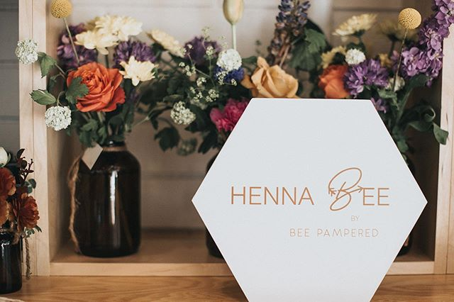 This beautiful box contains everything you need to start offering Henna Bee eyebrow tinting to your clients including: 🔸All 6 Henna Bee colors 🔸Tools to complete the service 🔸Eye catching display shelf 🔸Access to online training videos  Our starter kit is only $699 CA and could generate over $6000 in revenue for your client services!  Hit the link in our bio to learn more!