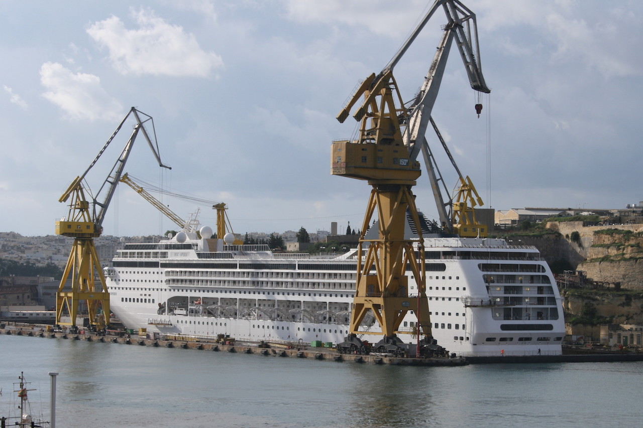MALTA_MSC Opera drydocked @ Dock 6 isla - 18.11.2008.jpg