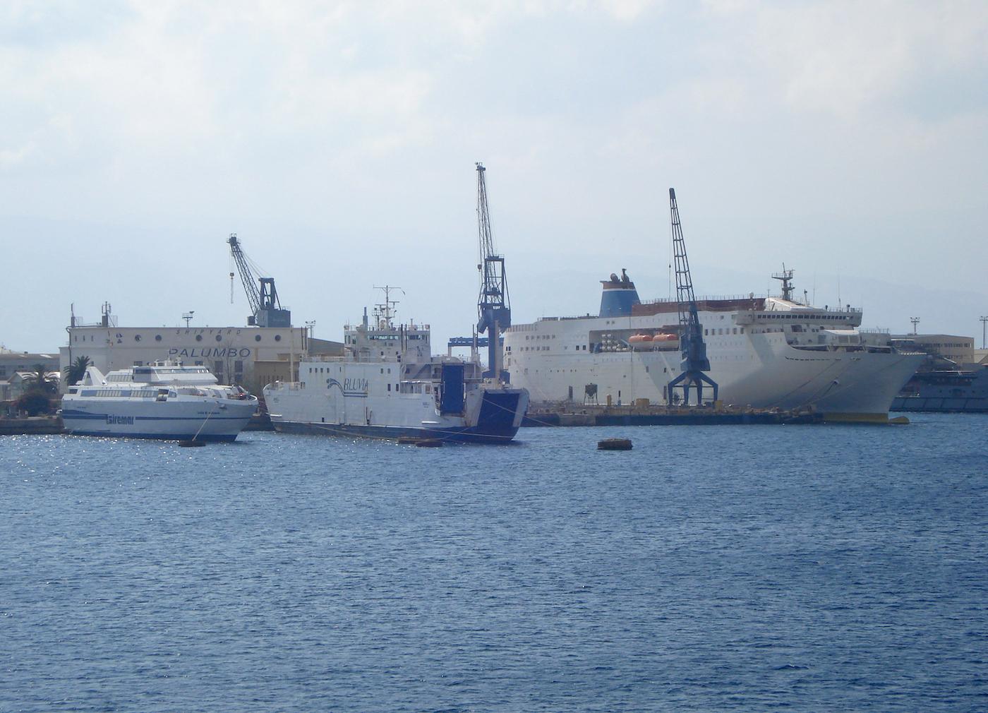 Mega Express Five - Budelli - Isola di Vulcano 01.JPG