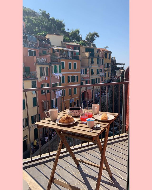 Who would love breakfast here? I think one of my favourite things is a good breakfast spot!  #riomaggiore5terre #riomaggiorecinqueterre #riomaggiore #cinqueterre #morethancinqueterre #5terre #cinqueterreitaly #liguria #faithfulltravels #faithfullthebrand #tripstagram #girlsthatwander #thetravelwomen #travelhackers #globelletravels #ladiesgoneglobal #iammissadventure #girlaroundworld #traveldreamseekers #darlingescapes #femmetravel #iamtb #doyoutravel #traveladdict #travelinaangelina #bohohipgypsies #dreamless_travelmore #roamingwomen