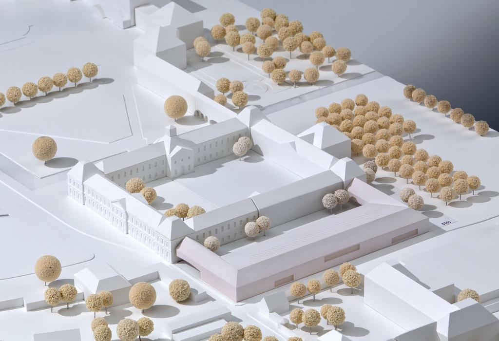 Siegerentwurf: Modell des Neubaus (rötlich), © Staab Architekten Berlin 2014