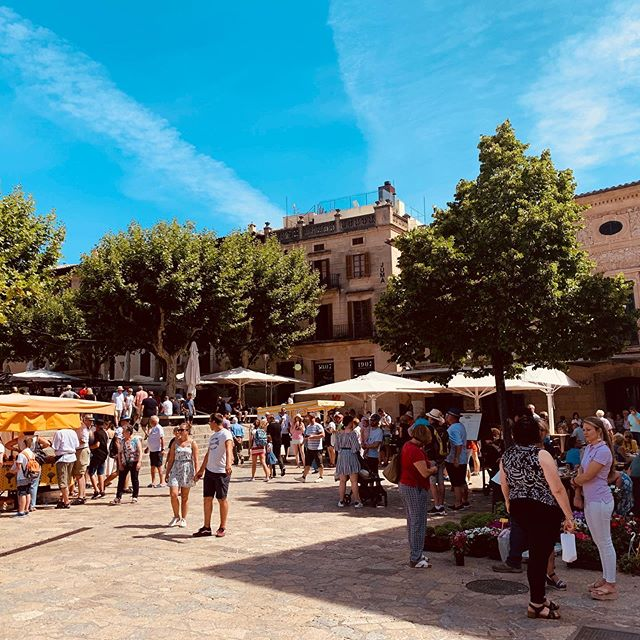 Isn't it great when you happen to stay in a town that has a huge food market once a week?  2 week ago I was staying in the beautiful town of Pollença in the North of Mallorca.  Every Sunday, 8.30-1pm they have a market in the main square with lots of craft stalls hidden in the surrounding alleyways.  It was packed out as a lot of people visit! Luckily for us we got down there early and sampled a lot of local produce and got back to our villa pronto.  This is one of my favourite ways to explore a country and region by tucking in to their local food and drink 🍷😋 Do you enjoy checking out local food markets?