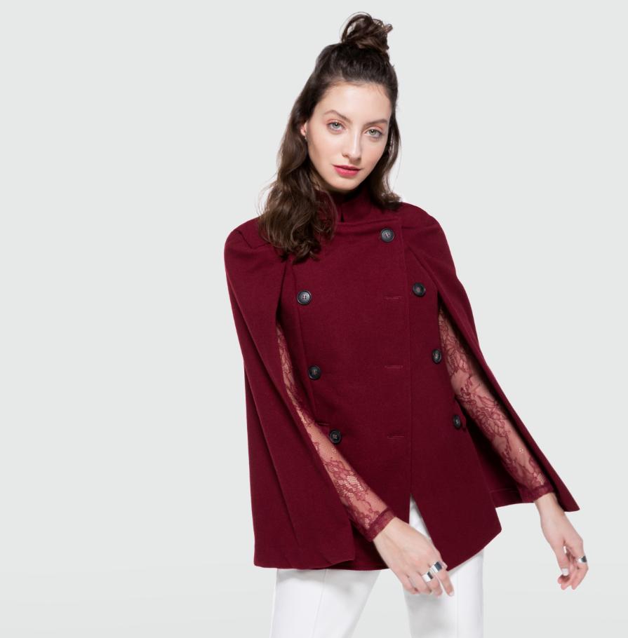 Mulher usando um casaco vermelho com recortes diferentes