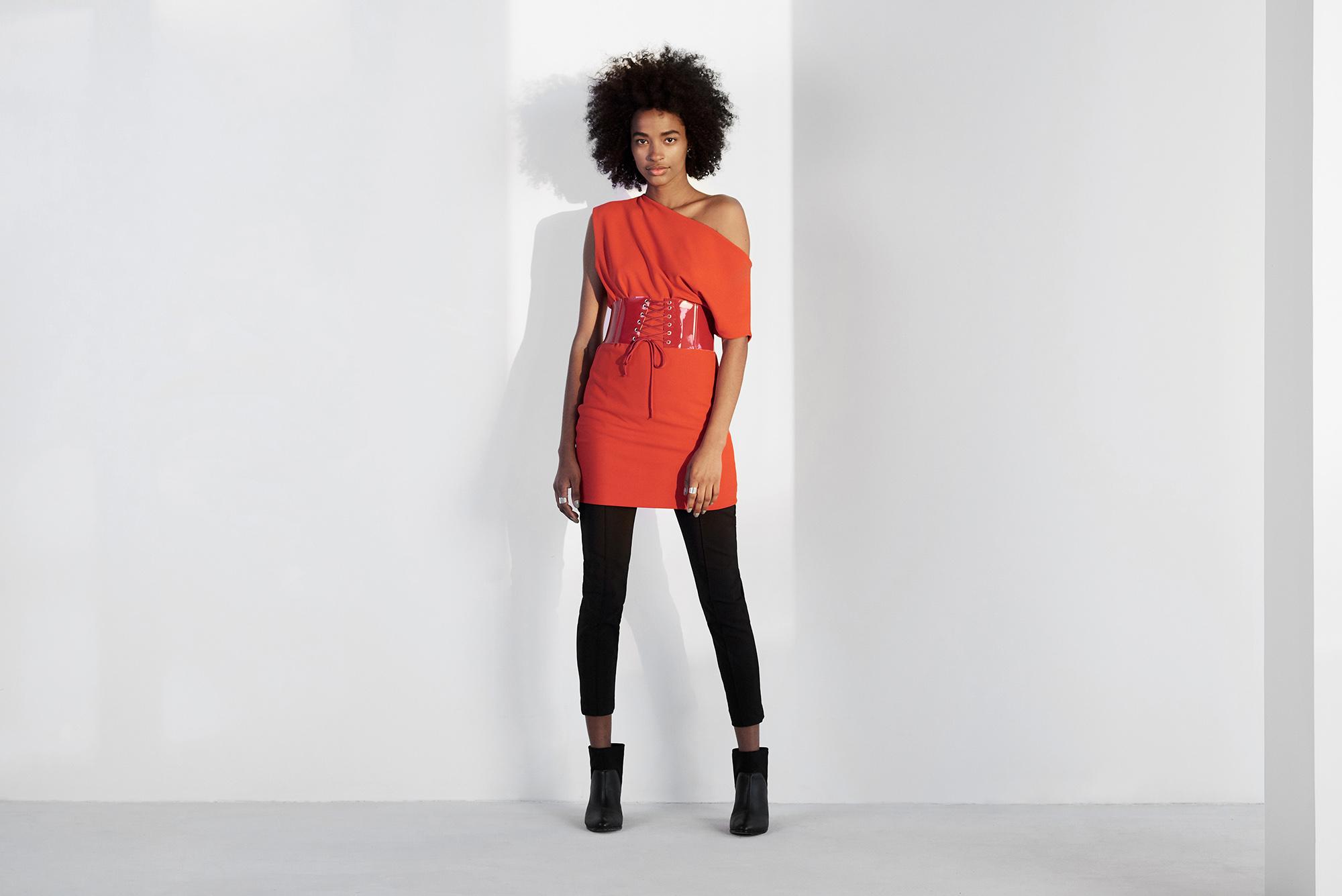 Modelo vestido peças AMARO, em um look composto por calça, bota e vestido