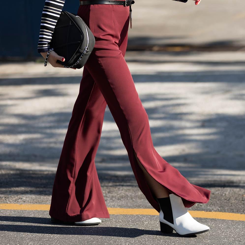 Modelo vestido uma calça flare vinho AMARO