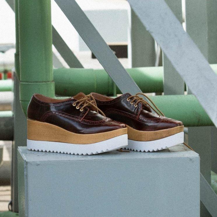 Foto de campanha AMARO exibindo um sapato oxford marrom flatform