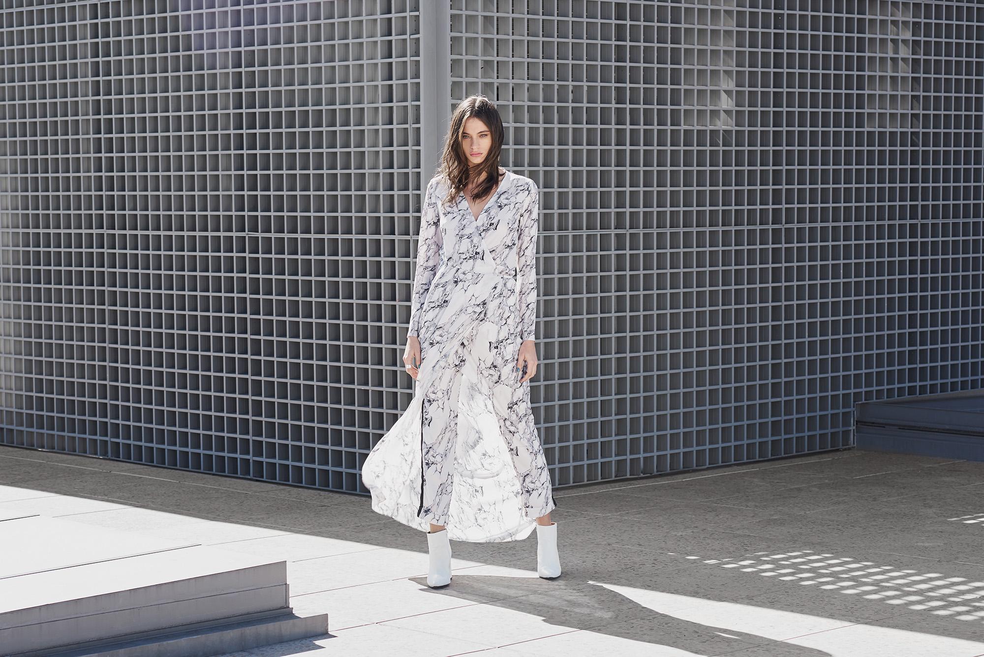 Modelo vestido conjunto AMARO na estampa mármore.