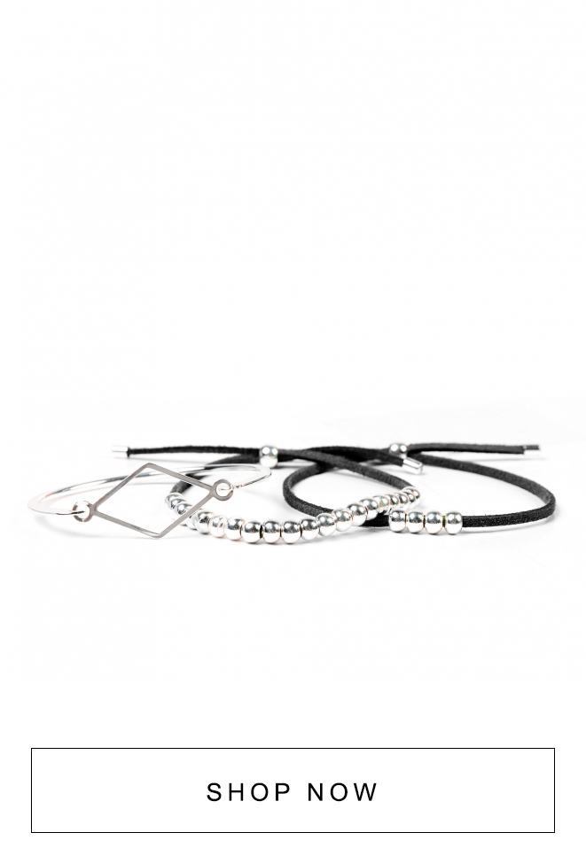 Kit de pulseiras pretas com detalhes prateados