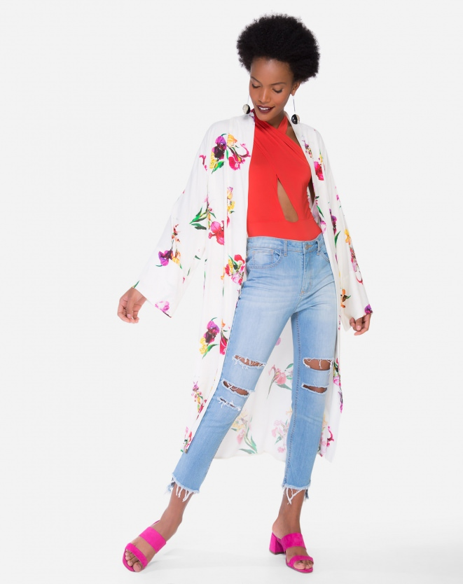 Look de roupas femininas jeans. Calça jeans skinny, kimono estampado e mule rosa.