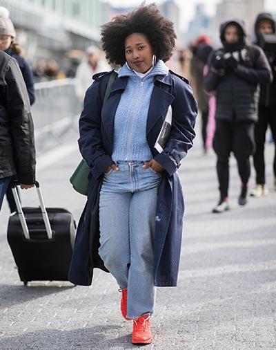 Sobretudo marinho com jeans para um look super cool!