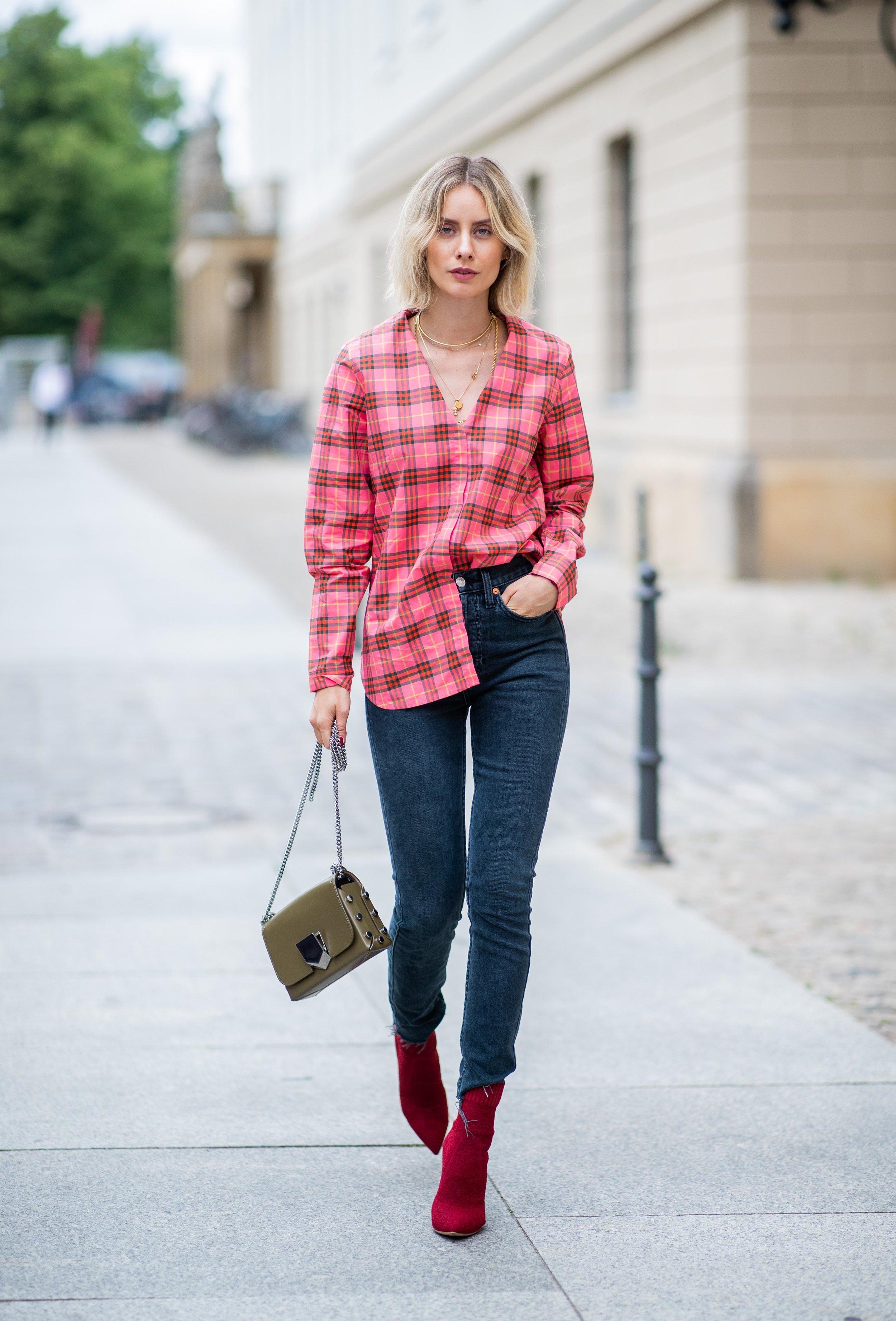 O look básico fica mais interessante com a bota vermelha