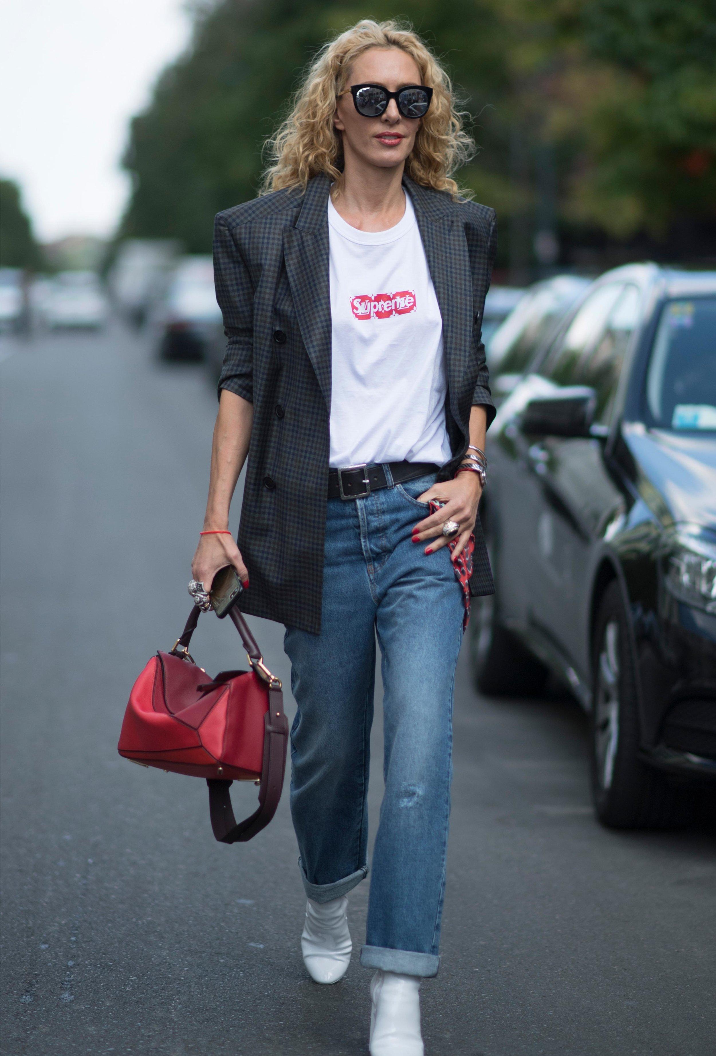A bota branca deixa o look de jeans e blazer ainda mais poderoso