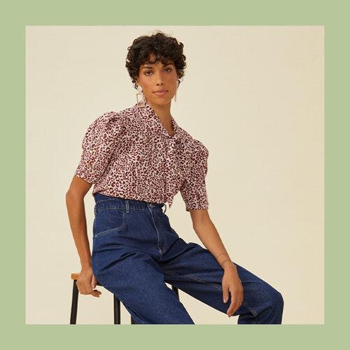 Estilo hi-lo: modelo usando blusa de manga curta bufante com calça jeans de cintura alta