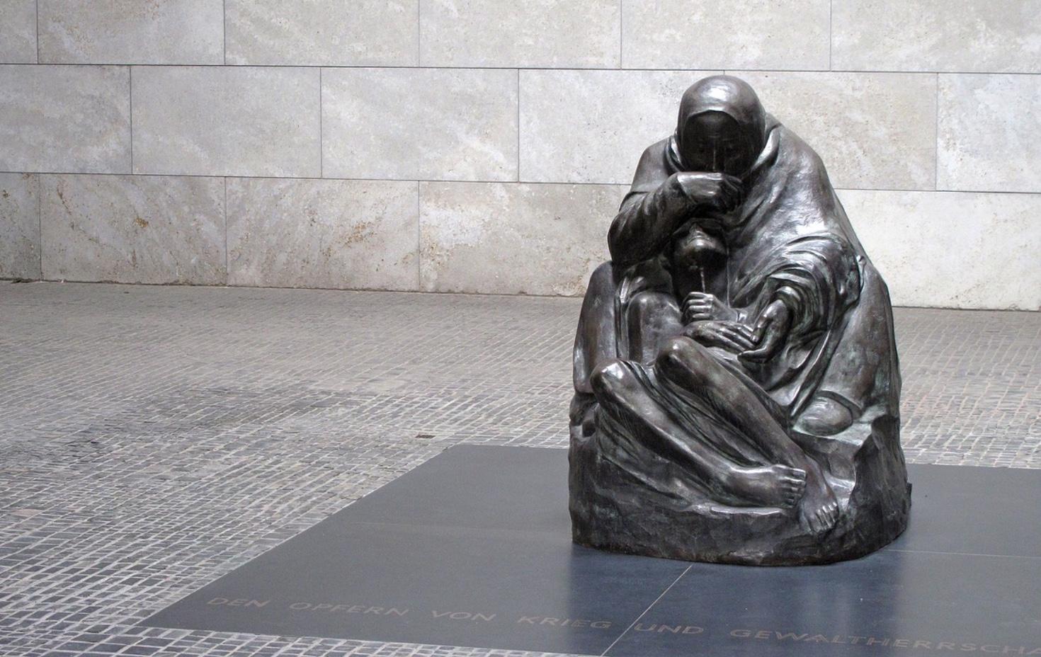 Statue: Human Debt; Berlin