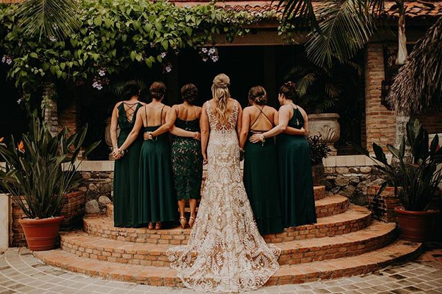The women with the most genuine laughs I've ever heard. They were giggling the ENTIRE time and I loved being part of it all. Emerald tones & that lace are to die for!