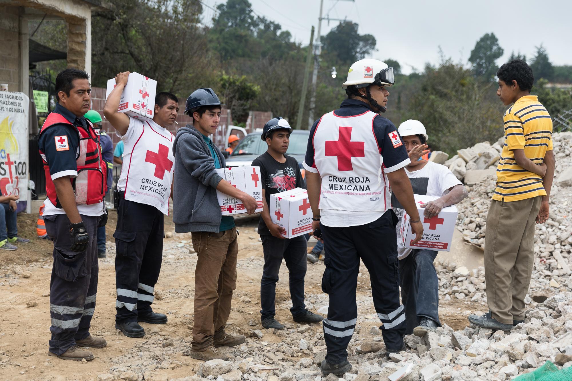 Red Cross brigades and volunteers deliver provisions to impacted households in Hueyapan Morelos.PHOTO: Francisco Alcala Torreslanda