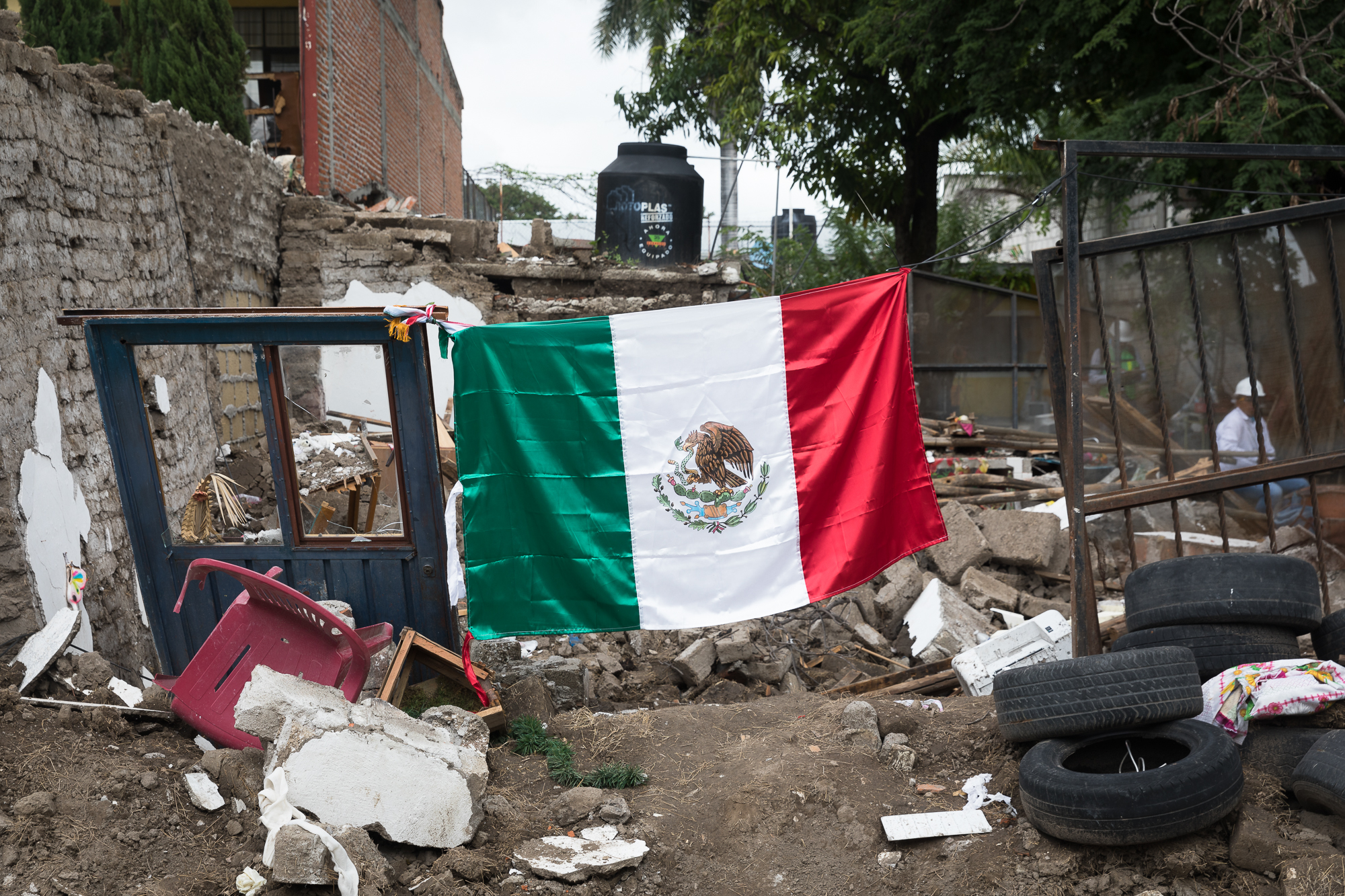 In the middle of the deep crisis, people still believe in their beloved nation, Mexico. PHOTO: Francisco Alcala Torreslanda