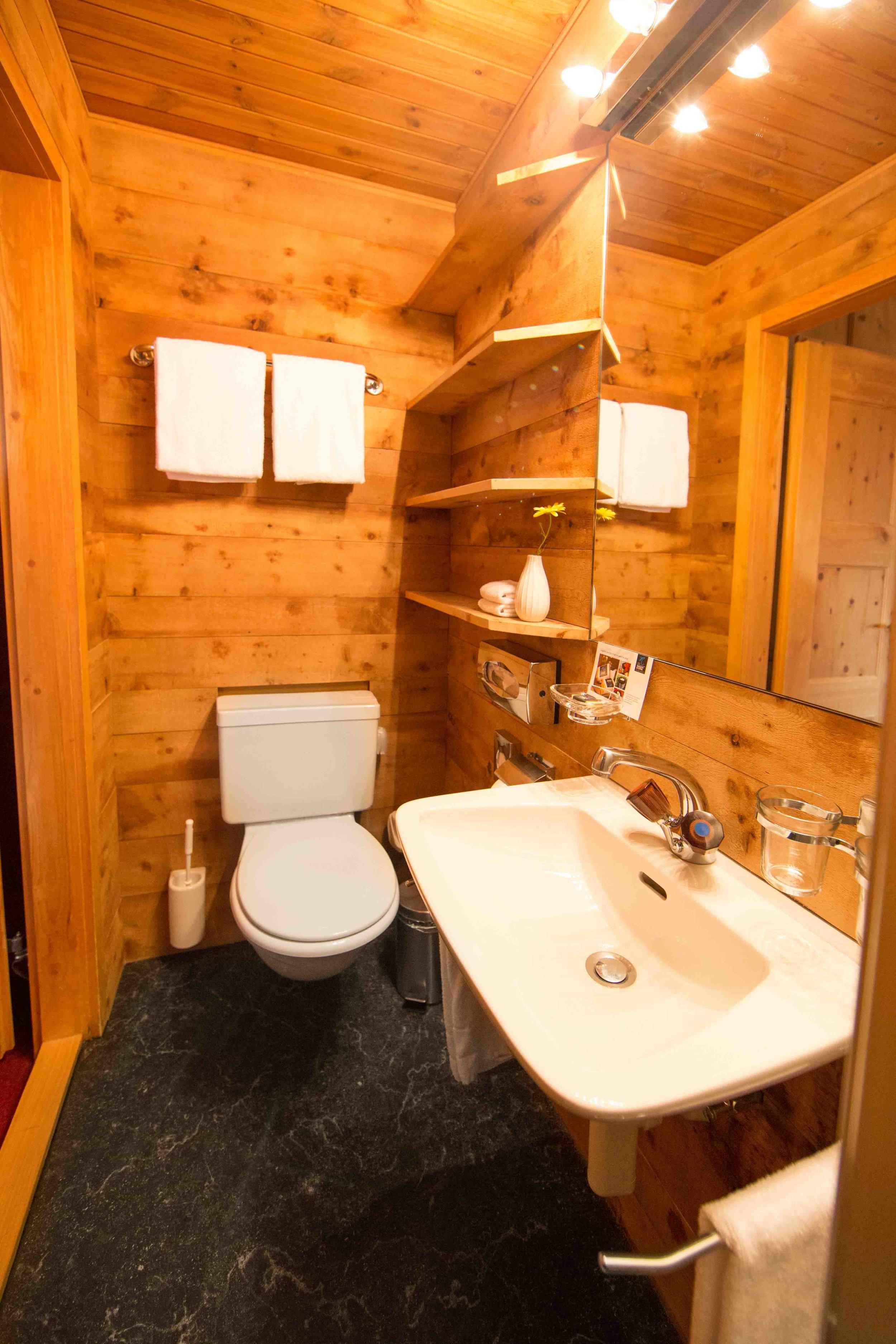 lejdastaz-zimmer-silvaplana-badezimmer-2.jpg