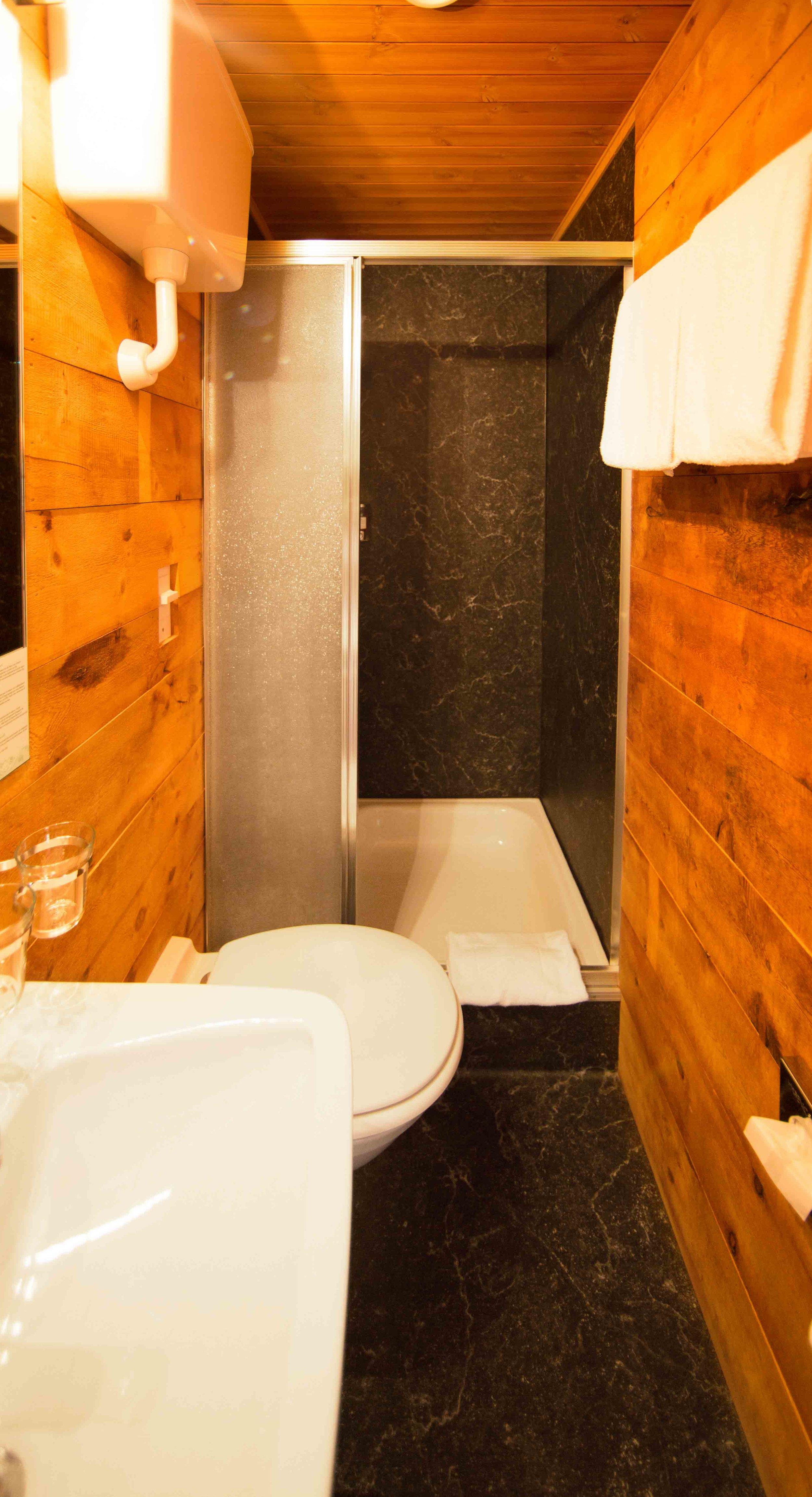 lejdastaz-zimmer-celerina-dusche.jpg
