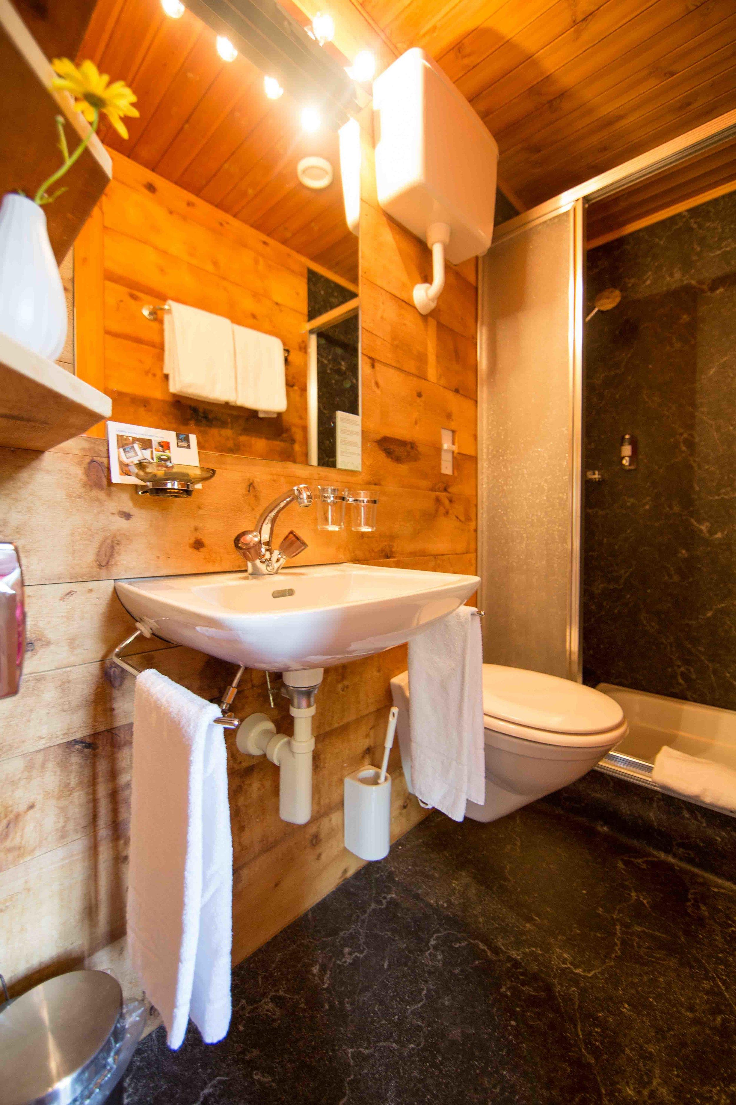 lejdastaz-zimmer-celerina-badezimmer.jpg