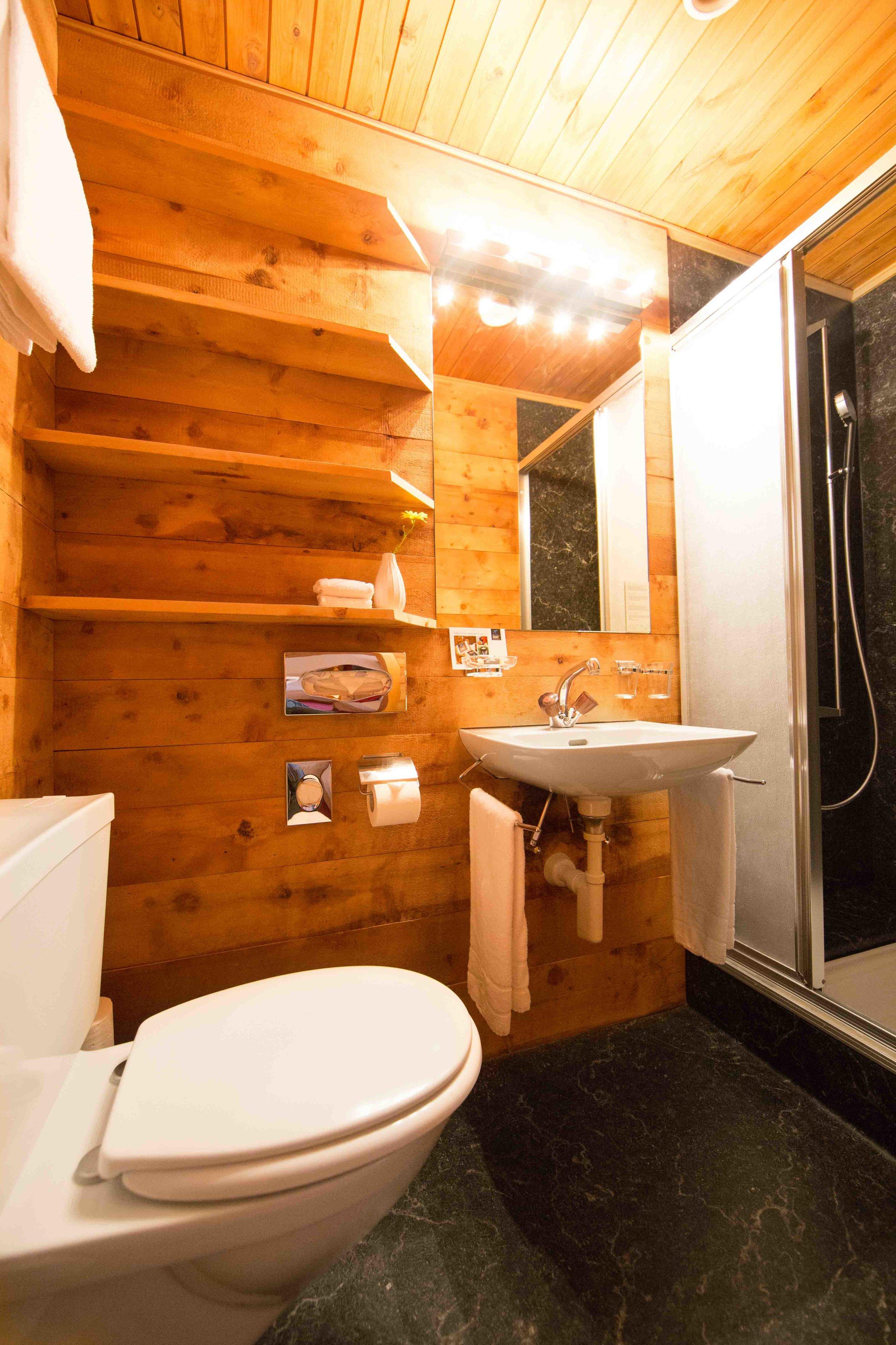 lejdastaz-zimmer-silvaplana-badezimmer-1.jpg