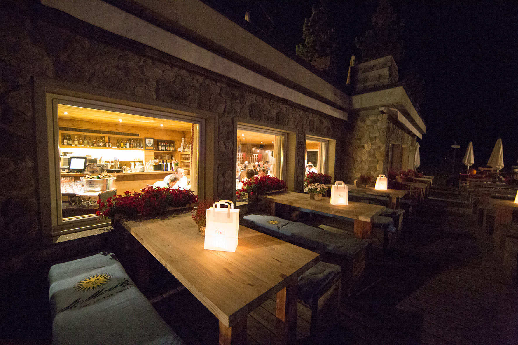 lejdastaz-restorant-aussen-by-night.jpg