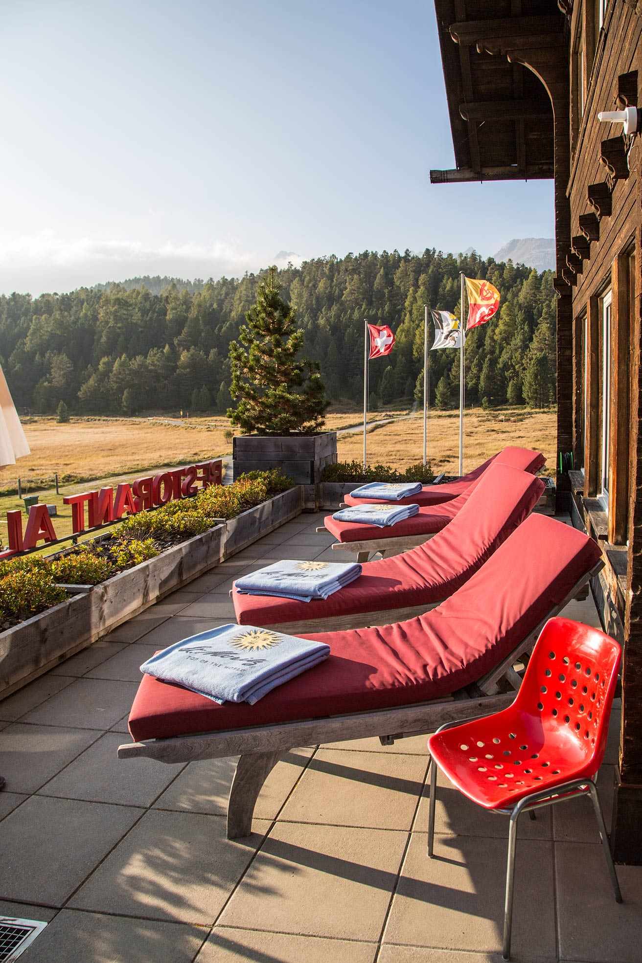 lejdastaz-club-terrasse-sonnenliegen-2.jpg