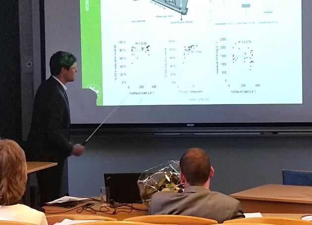 Daniel Todt presenterer sin doktoravhandling.