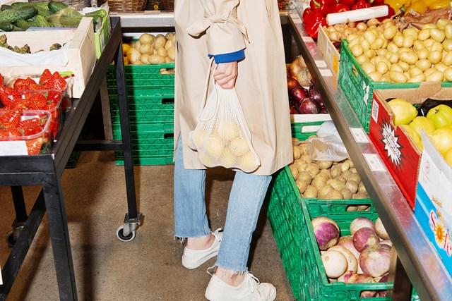 dame-i-gronnsaksbutikk-med-nett-med-sitroner-i-handen.jpg