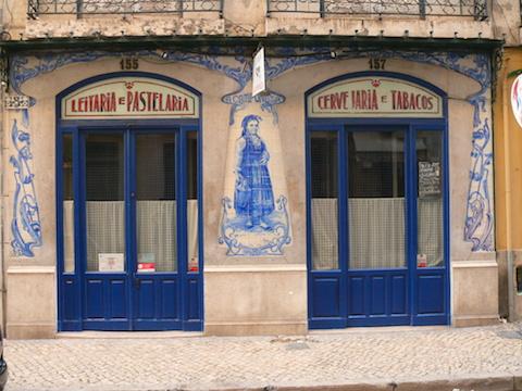 The rich Sant'Anna Blue on a facade in Lisbon