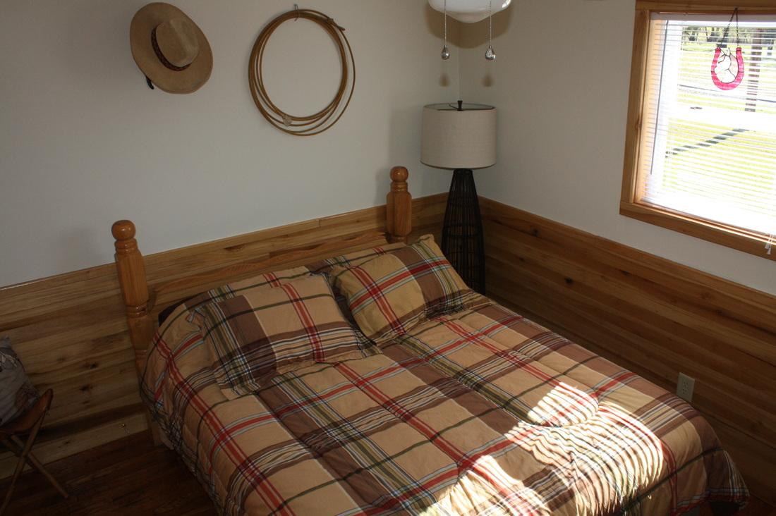middle bedroom w/queen bed