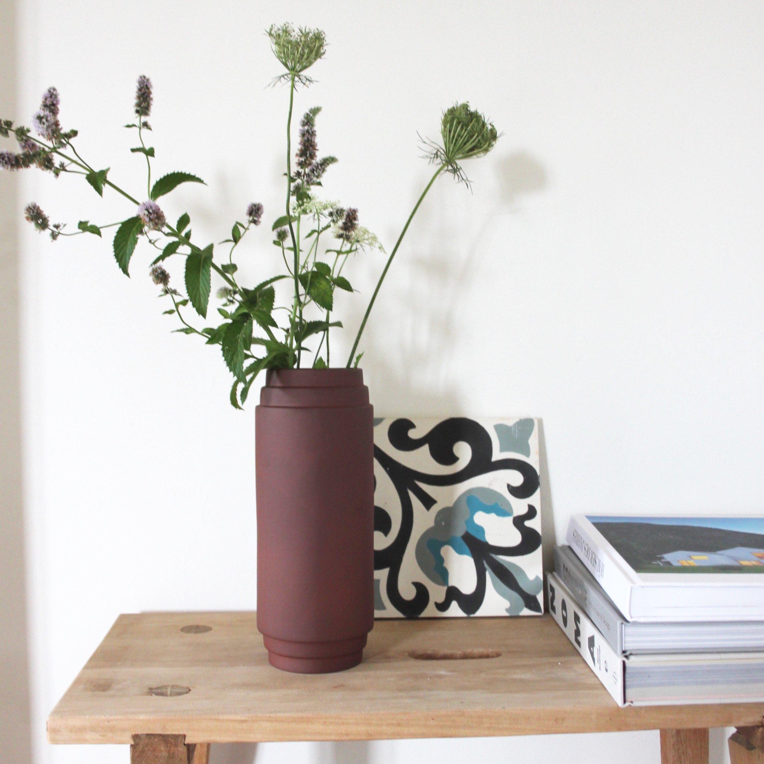 Die Natürliche  Die Vase Edge von Skagerak ist aus Terrakotta und erinnert mit ihrer Form an eine griechische Schönheit. Sie ist in 3 verschiedenen Grössen erhältlich.